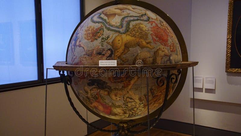 Globos antiguos grandes que muestran el zodiaco celestial fotos de archivo libres de regalías