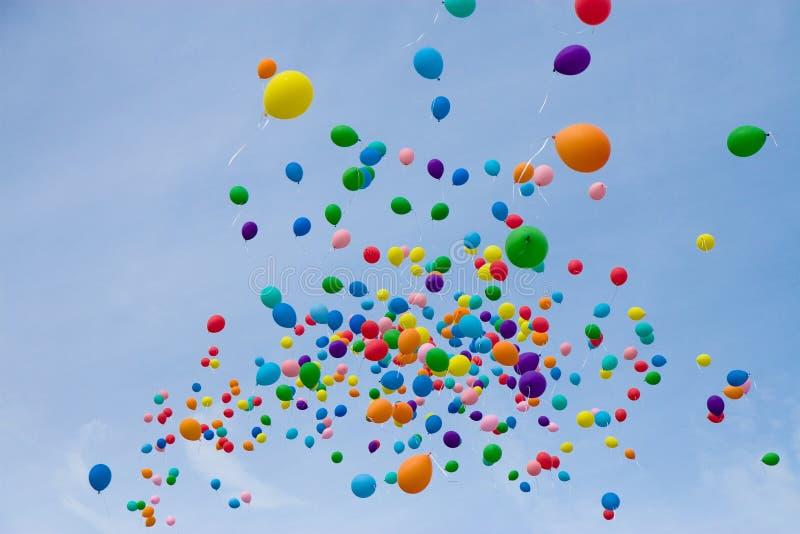 Globos coloreados en el cielo fotos de archivo
