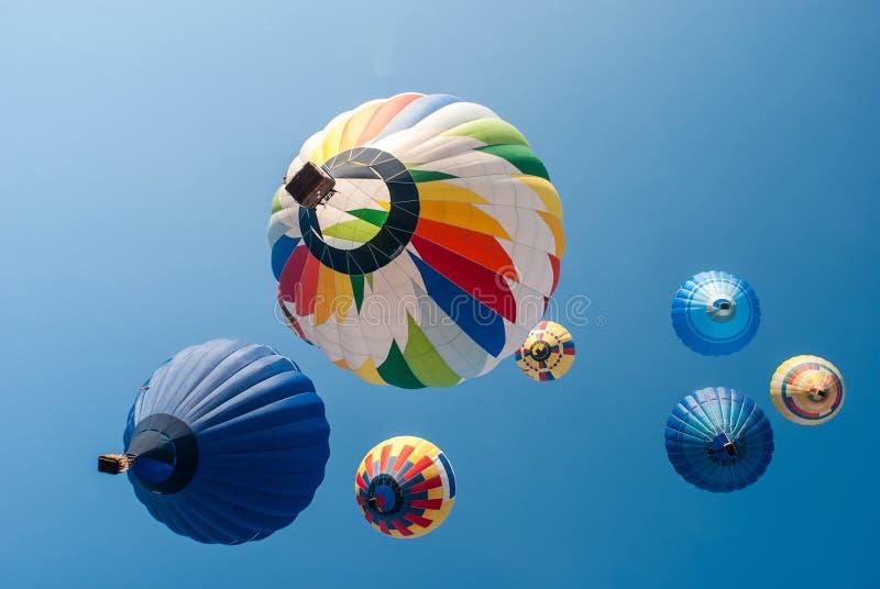 Globos coloreados en un cielo fotografía de archivo