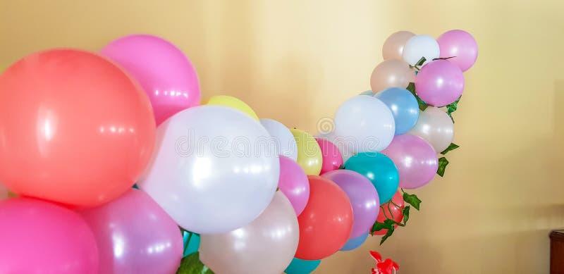 Globos coloridos adornados con las hojas de la vid para adornar un children& x27; partido de s imágenes de archivo libres de regalías