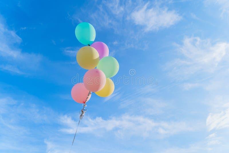 Globos coloridos aislados en fondo claro de cielo azul en el feliz cumpleaños, concepto del partido de la celebración fotografía de archivo libre de regalías