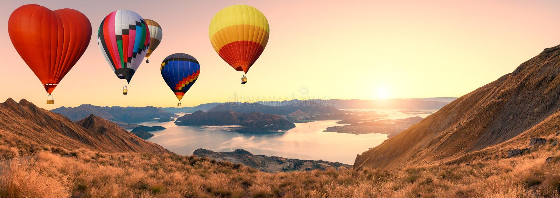 Globos coloridos del aire caliente que vuelan sobre la alta montaña en la salida del sol con el fondo hermoso del cielo en la pis imagen de archivo libre de regalías