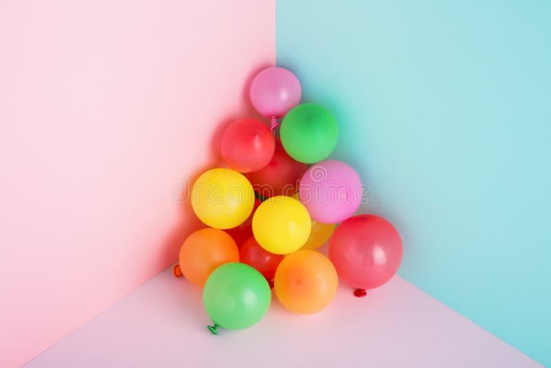 Globos coloridos en el fondo en colores pastel de moda mínimo para el partido fotos de archivo libres de regalías