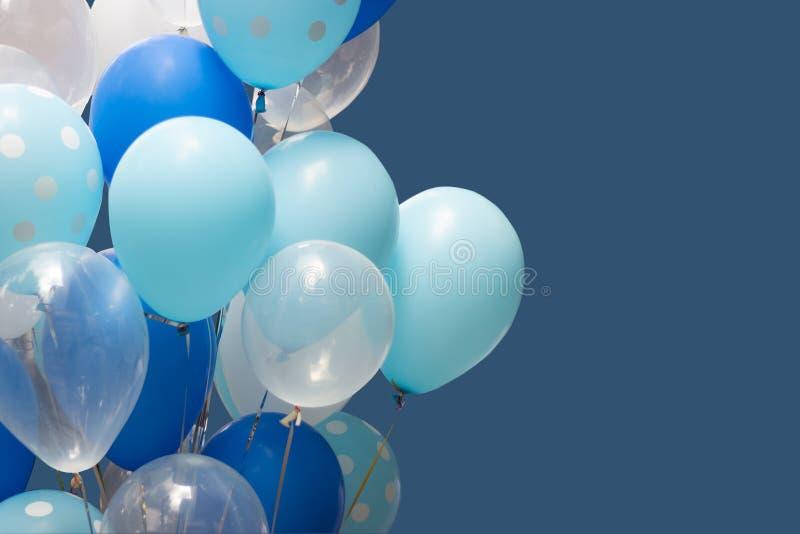 Globos coloridos en fondo azul concepto de la Feliz Año Nuevo y del feliz cumpleaños fotografía de archivo