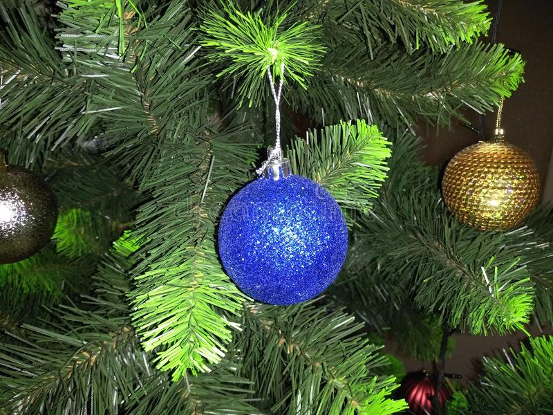 Globos con las luces en los árboles de navidad foto de archivo libre de regalías