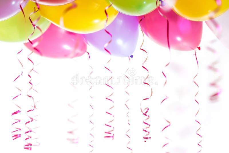 Globos con los bobinadores de cintas en modo continuo para la celebración de la fiesta de cumpleaños imagen de archivo
