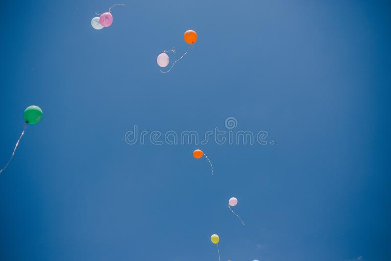 Globos contra el cielo azul y las nubes Última llamada y graduación en la escuela fotos de archivo