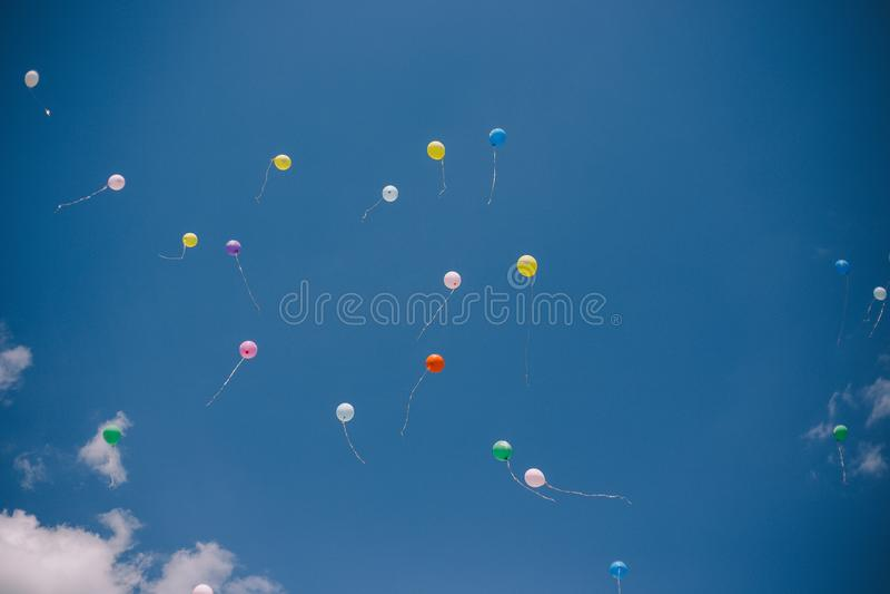 Globos contra el cielo azul y las nubes Última llamada y graduación en la escuela foto de archivo