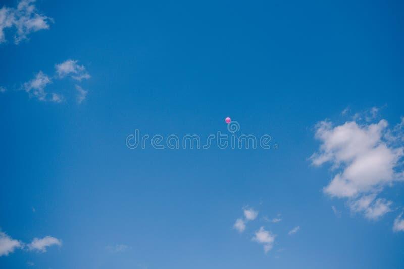 Globos contra el cielo azul y las nubes Última llamada y graduación en la escuela imagenes de archivo