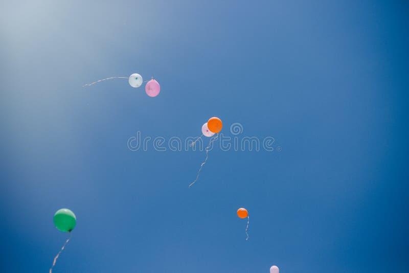 Globos contra el cielo azul y las nubes Última llamada y graduación en la escuela imagen de archivo libre de regalías