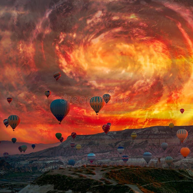 Globos de aire caliente volar sobre montañas paisaje de primavera huracán de sol fantástico cielo foto de archivo