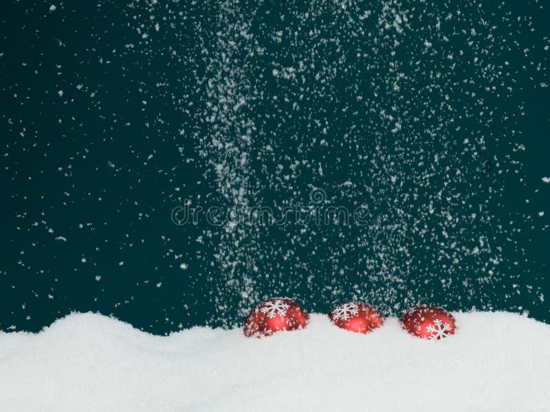 Globos de la Navidad cubiertos en nieve foto de archivo