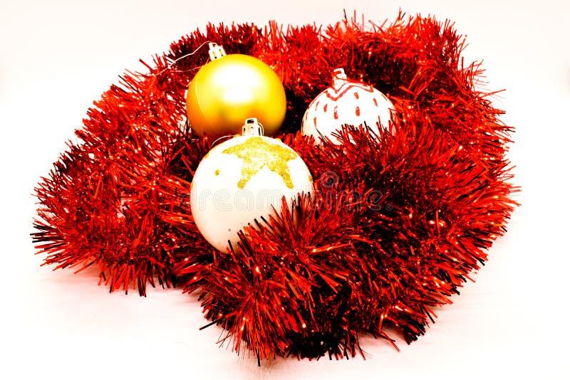Globos de la Navidad en la malla roja aislada en blanco Decoración hecha a mano imágenes de archivo libres de regalías