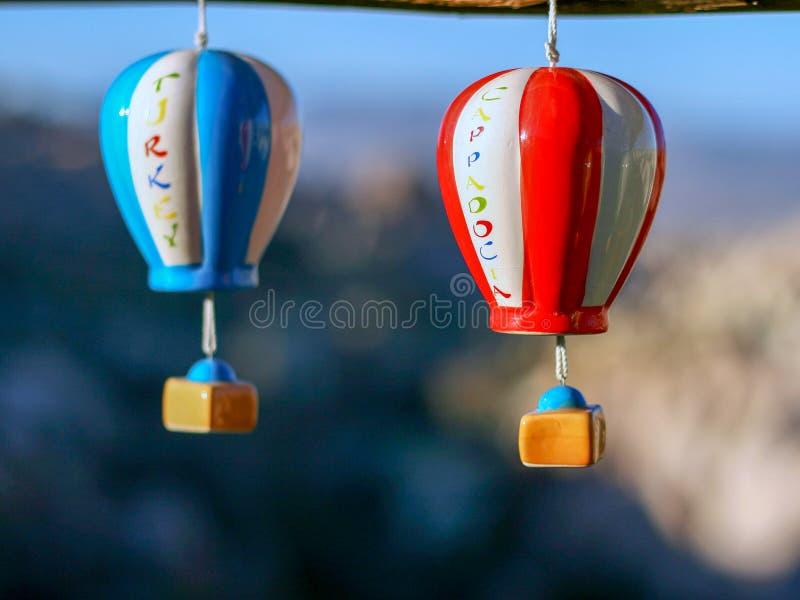Globos del aire caliente de los recuerdos en el mercado callejero en Turquía, Cappadocia foto de archivo libre de regalías