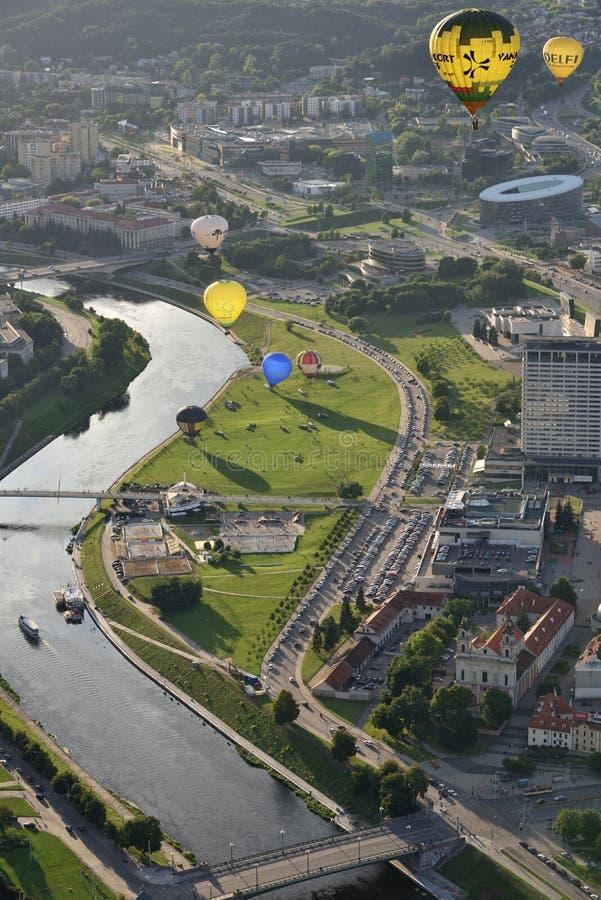 Globos del aire caliente en centro de ciudad de Vilna foto de archivo libre de regalías