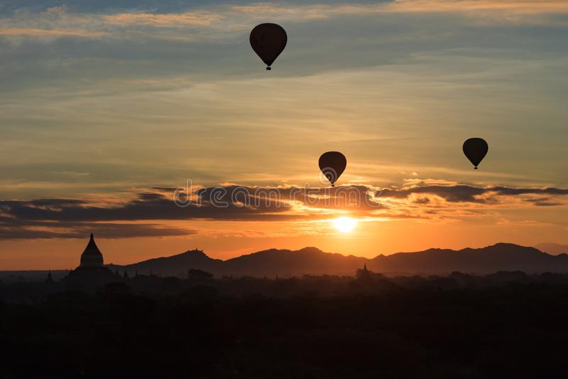 Globos del aire caliente en el amanecer sobre los templos de Bagan, Myanmar imagen de archivo