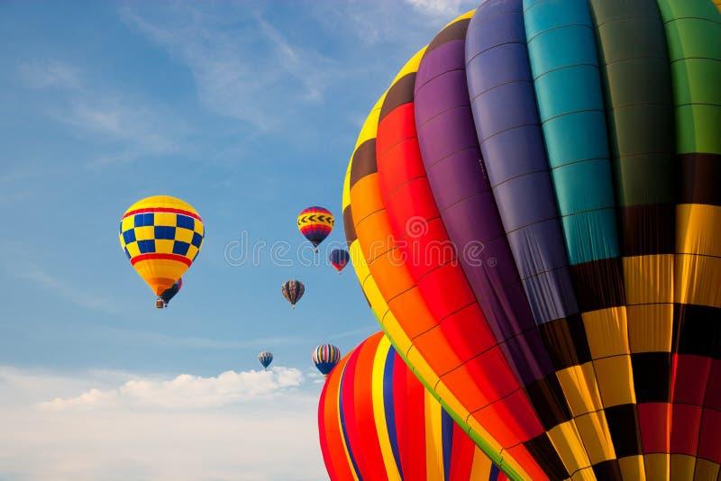 Globos del aire caliente en el cielo. foto de archivo libre de regalías