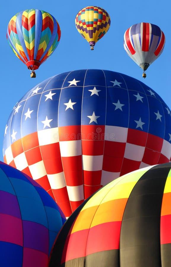 Globos del aire caliente que lanzan en la fiesta del globo fotos de archivo