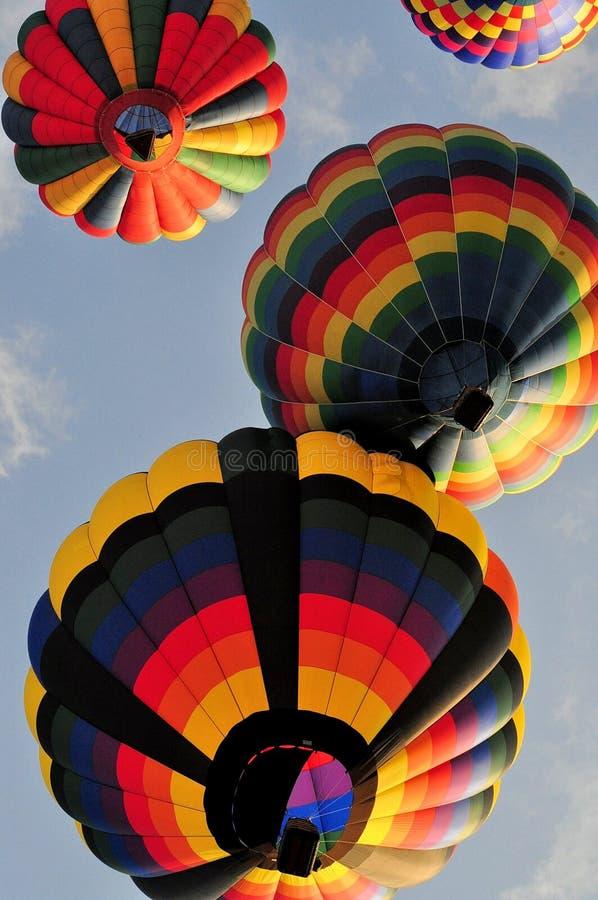 4 globos del aire caliente que navegan junto después de lanzamiento foto de archivo libre de regalías