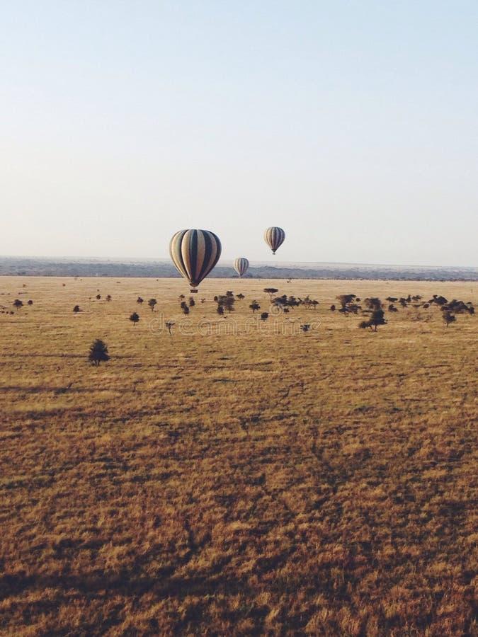 Globos del aire caliente sobre África fotos de archivo