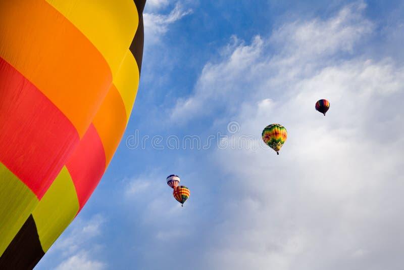 Globos del aire caliente y cielo azul con las nubes sobre New México imagen de archivo libre de regalías