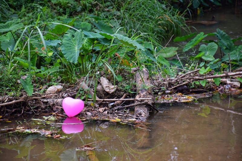 Globos del corazón en el canal fotografía de archivo
