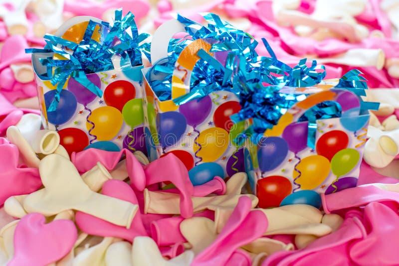Globos del látex y cajas de regalo coloridos imágenes de archivo libres de regalías