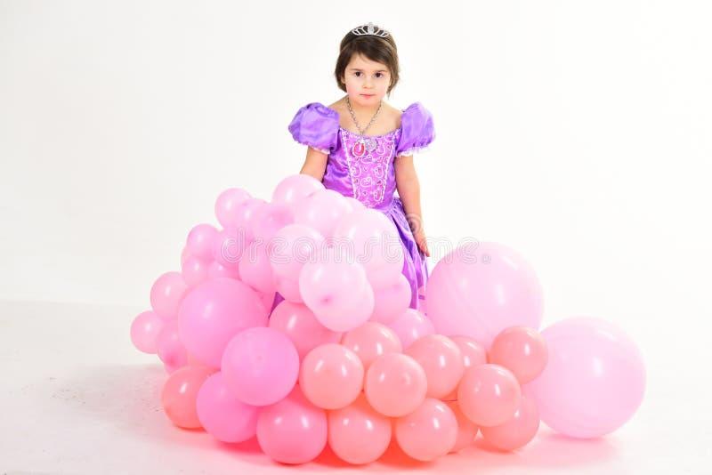 Globos del partido Feliz cumpleaños Niña en alineada de la princesa moda del niño Poco falta en vestido hermoso Niñez fotografía de archivo libre de regalías