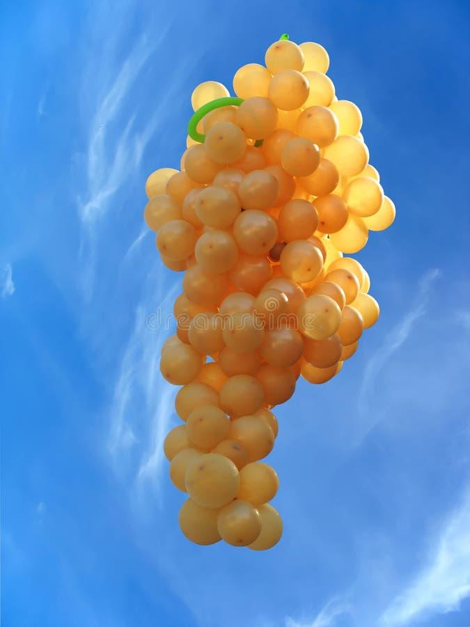 Globos del vuelo bajo la forma de uvas imagen de archivo libre de regalías