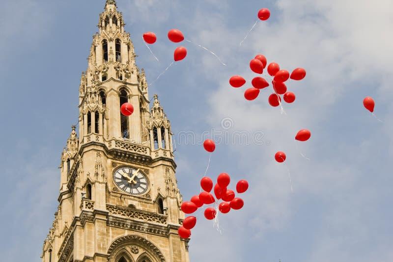 Globos delante del ayuntamiento en Viena fotos de archivo