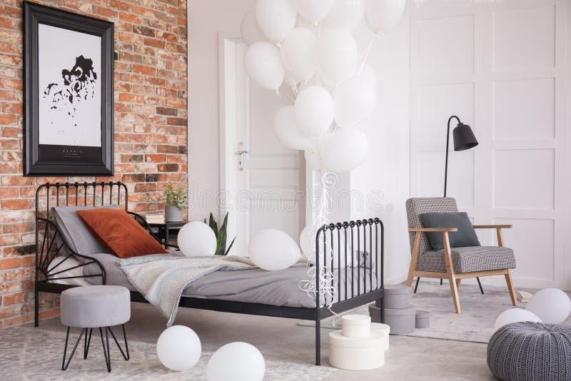 Globos en el dormitorio elegante industrial, foto real con el espacio de la copia imágenes de archivo libres de regalías