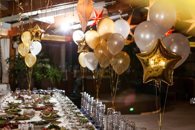 Globos en el restaurante en un ajuste de la tabla del día de fiesta foto de archivo