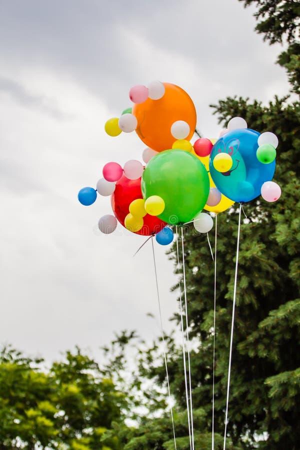 Globos multicolores contra la perspectiva de un cielo nublado fotos de archivo libres de regalías