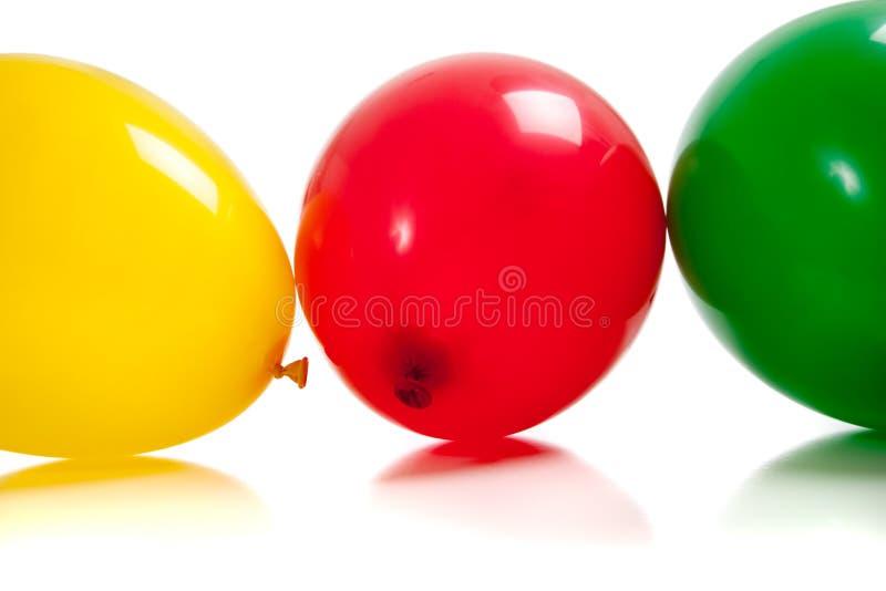 Globos multicolores en blanco imagenes de archivo