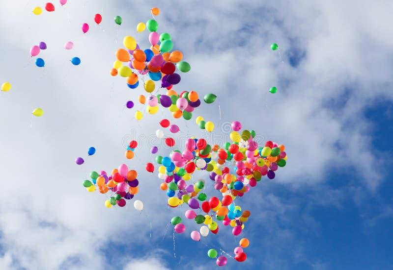 Globos multicolores en el cielo azul imagen de archivo libre de regalías