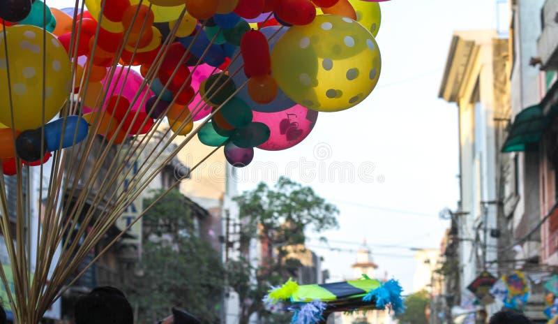 Globos y cometa coloridos en el mercado para el festival de la cometa fotografía de archivo libre de regalías