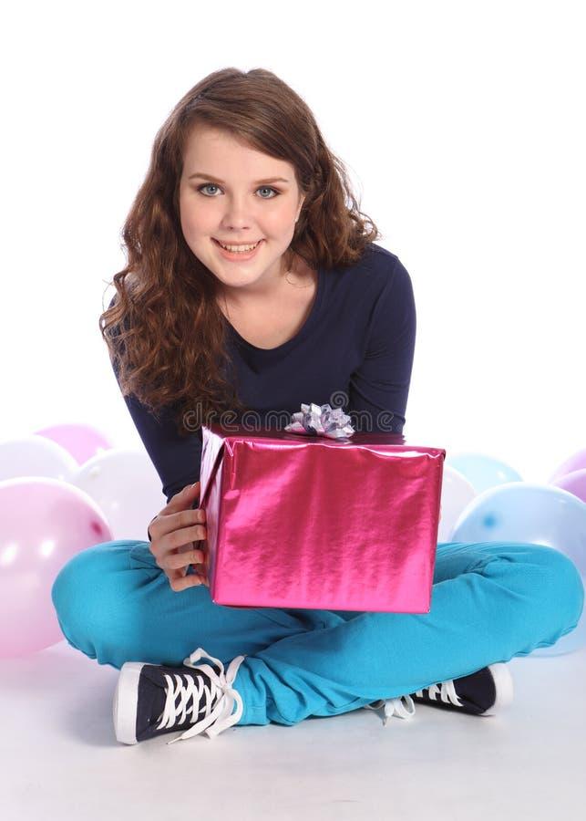 Globos y presente del partido para la muchacha del adolescente imagen de archivo
