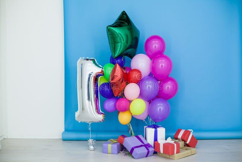 Globos y regalos multicolores para el día de fiesta imágenes de archivo libres de regalías