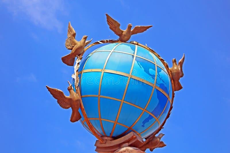 Globus jordklotmonument på självständighetfyrkanten, Kyiv, Ukraina royaltyfria bilder
