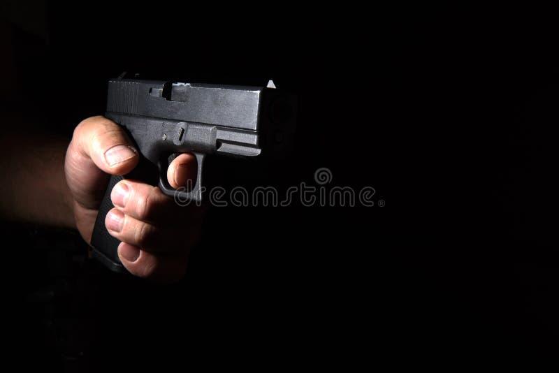 Glock-Pistole in seiner Hand lizenzfreies stockbild