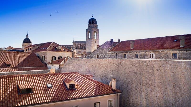 Glock torn i den härliga gamla staden av Dubrovnik royaltyfria bilder