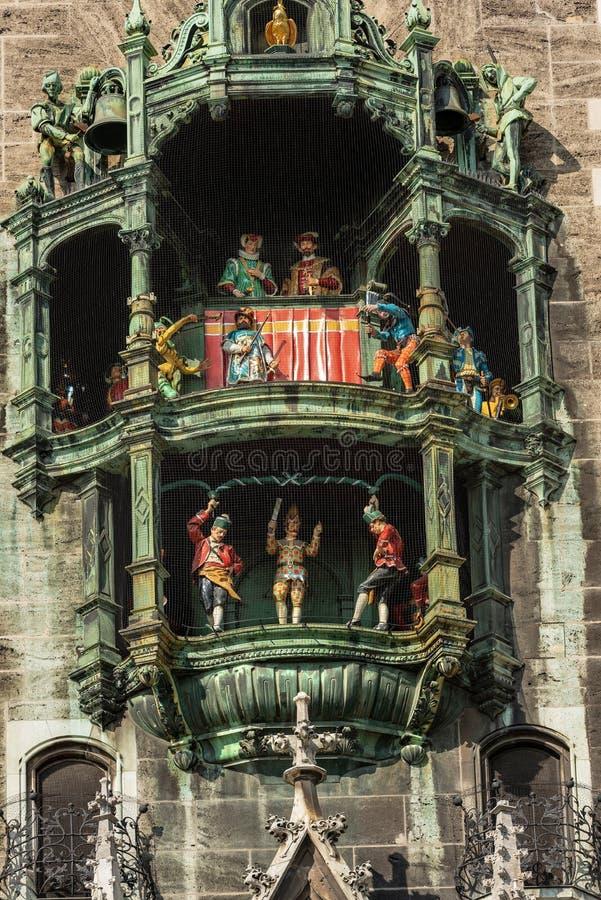 Glockenspiel - Neue Rathaus - Munich Tyskland arkivfoto