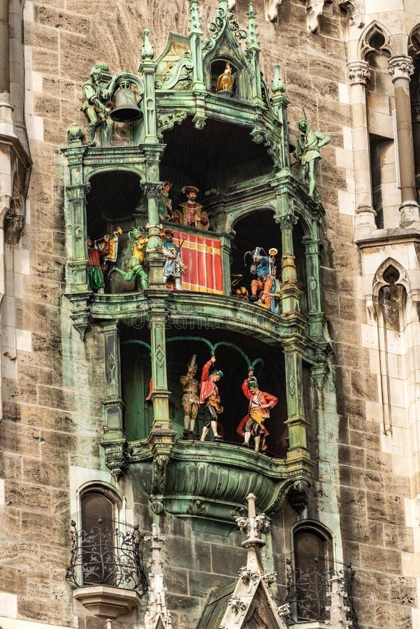Glockenspiel - Neue Rathaus - Munich Tyskland arkivbilder