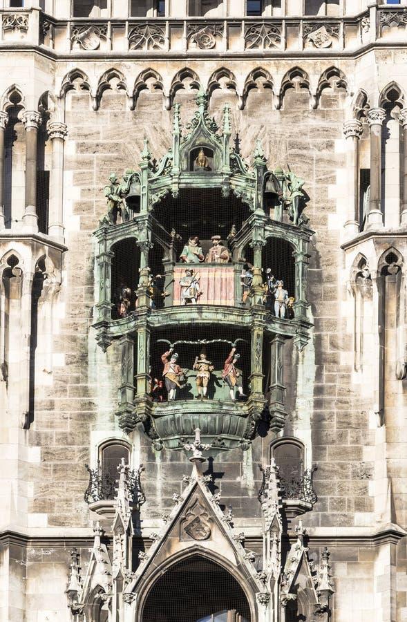 Glockenspiel på den Munich staden arkivbilder