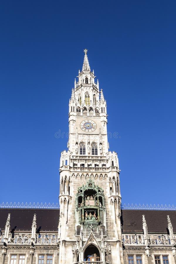Glockenspiel på den Munich staden arkivbild
