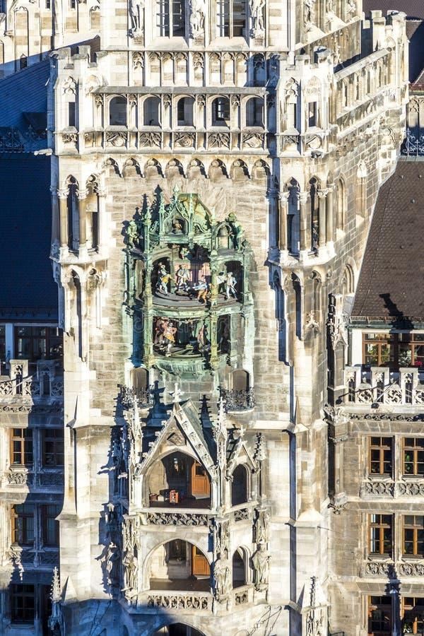 Glockenspiel på det nya stadshuset i Munich arkivfoton
