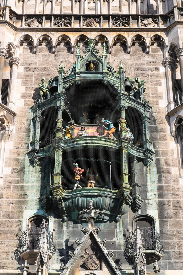 Glockenspiel på Marienplatz, Munich Tyskland arkivfoton