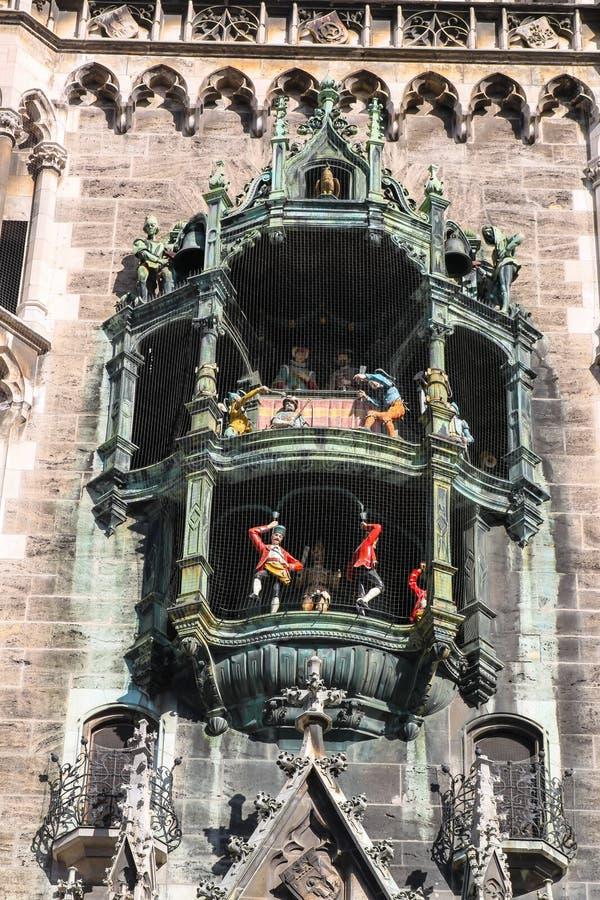 Glockenspiel på Marienplatz, Munich Tyskland royaltyfria bilder