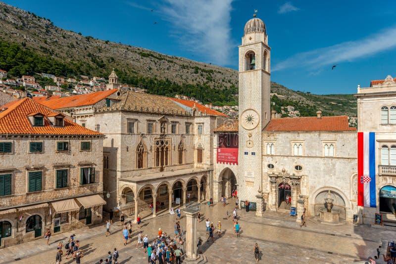 Glockenturm auf dem Marktplatz in Dubrovnik stockbilder