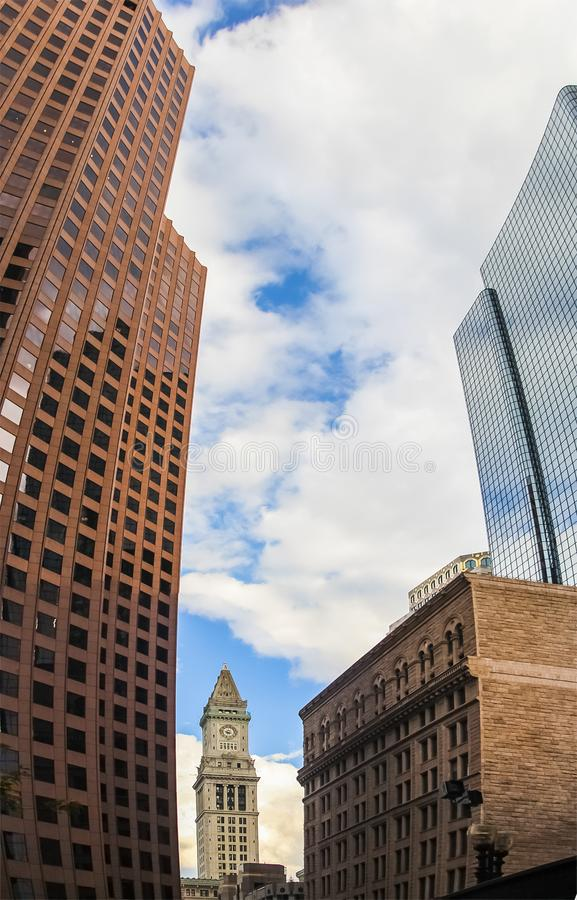 Glockenturm in Boston, Massachusetts mit Umgebungswolkenkratzern stockbild